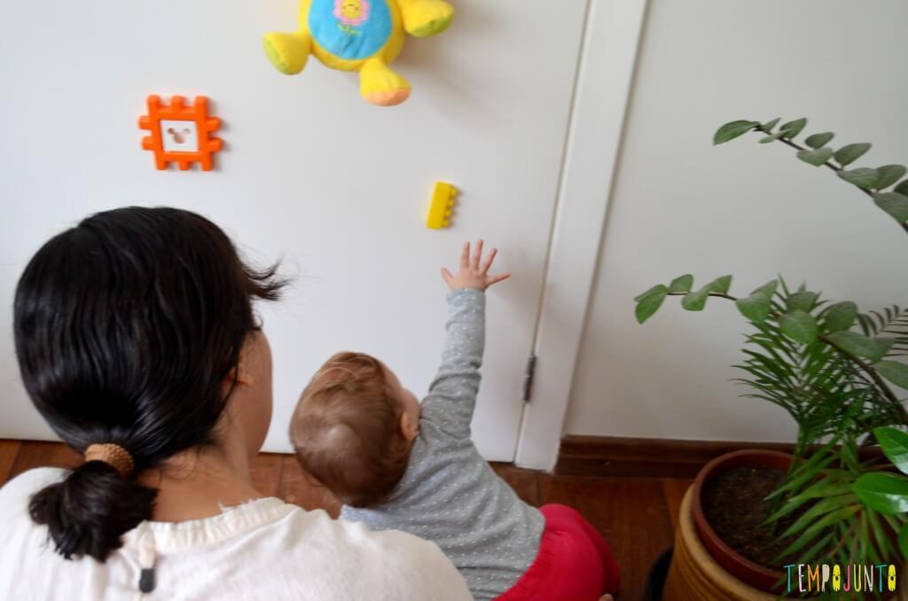 Brincadeira 3 em 1 para bebês sentar engatinhar e pegar - bebe esticando a mao