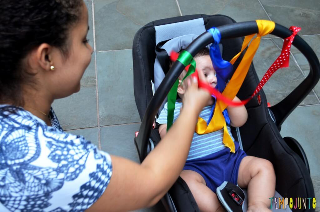 Estimular a visão e o tato do bebê antes dos 6 meses - patricia mostrando as fitas