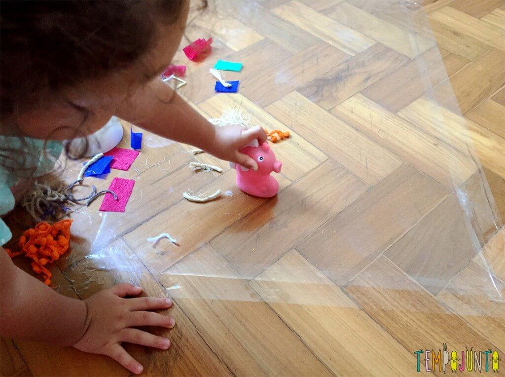 Explorar materiais- uma atividade e tanto para as crianças - gabi com o cavalo marinho cópia