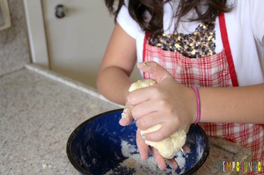 Receita de pão de queijo para fazer com as crianças - carol amassando