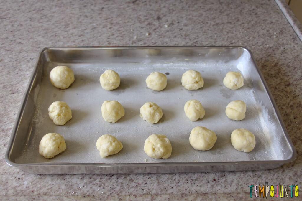 Receita de pão de queijo para fazer com as crianças - tabuleiro