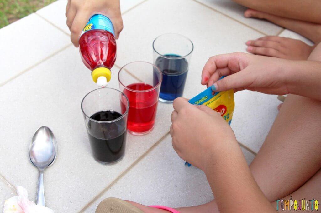 Surpreenda as crianças com uma brincadeira de ciências - colocando o detergente
