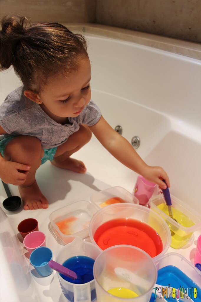 Uma atividade com água colorida que vai fazer a alegria dos pequenos - gabi concentrada