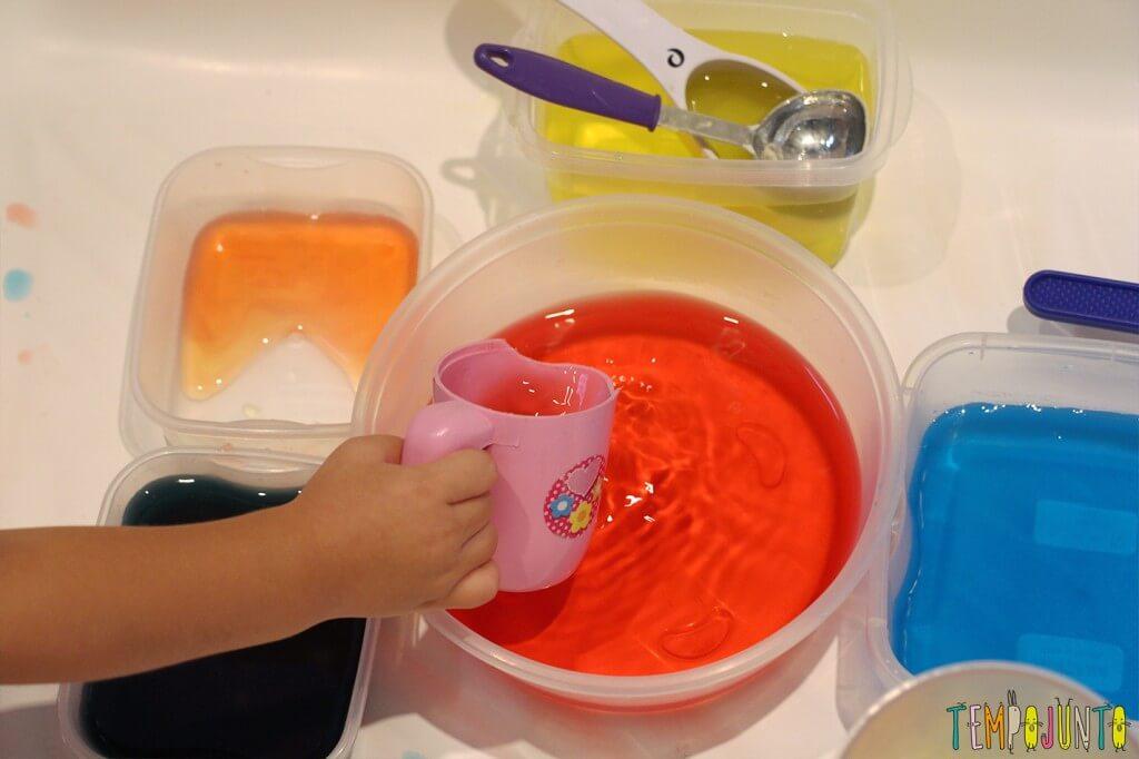 Uma atividade com água colorida que vai fazer a alegria dos pequenos - usando o copinho