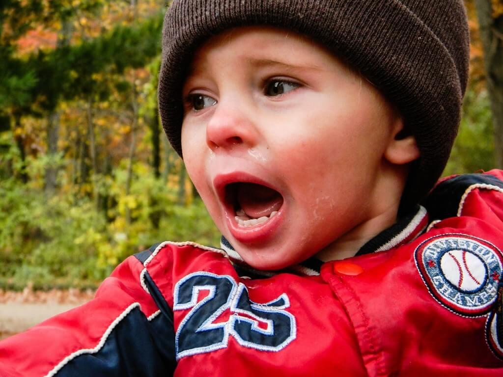 Brincadeiras ajudam na hora da explosão de raiva - criança com raiva