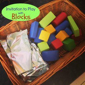 Cantinhos são formas incríveis de brincar e desenvolver a criatividade - cantinho com blocos e papel aluminio
