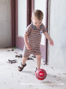 Com brincadeiras você pode trabalhar o ciúmes entre irmãos - bola moms have questions too
