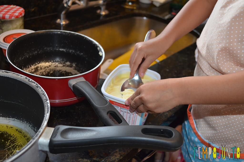 Da brincadeira surge um canapé e o arroz de cada dia - colocando margarina