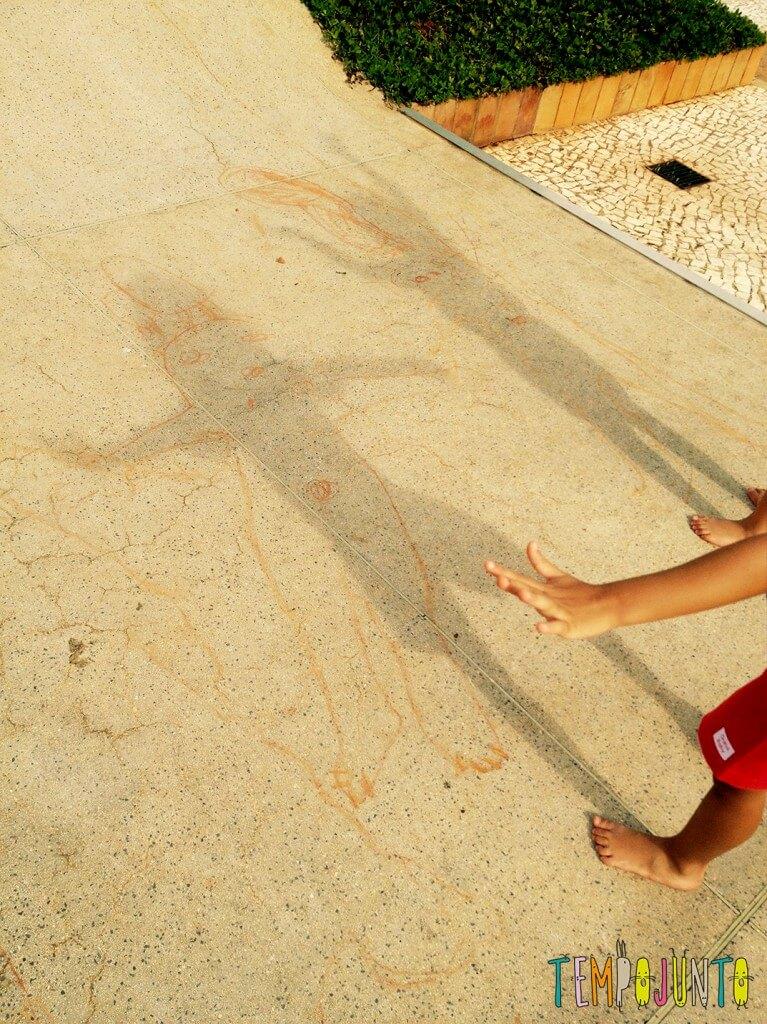 Desenho da sombra para conhecer o próprio corpo e brincar de Peter Pan - figuras no chao 2