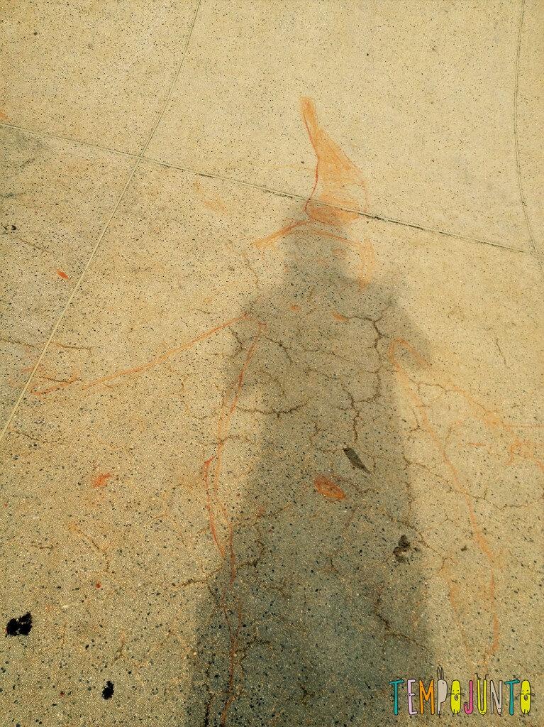 Desenho da sombra para conhecer o próprio corpo e brincar de Peter Pan - figuras no chao 3