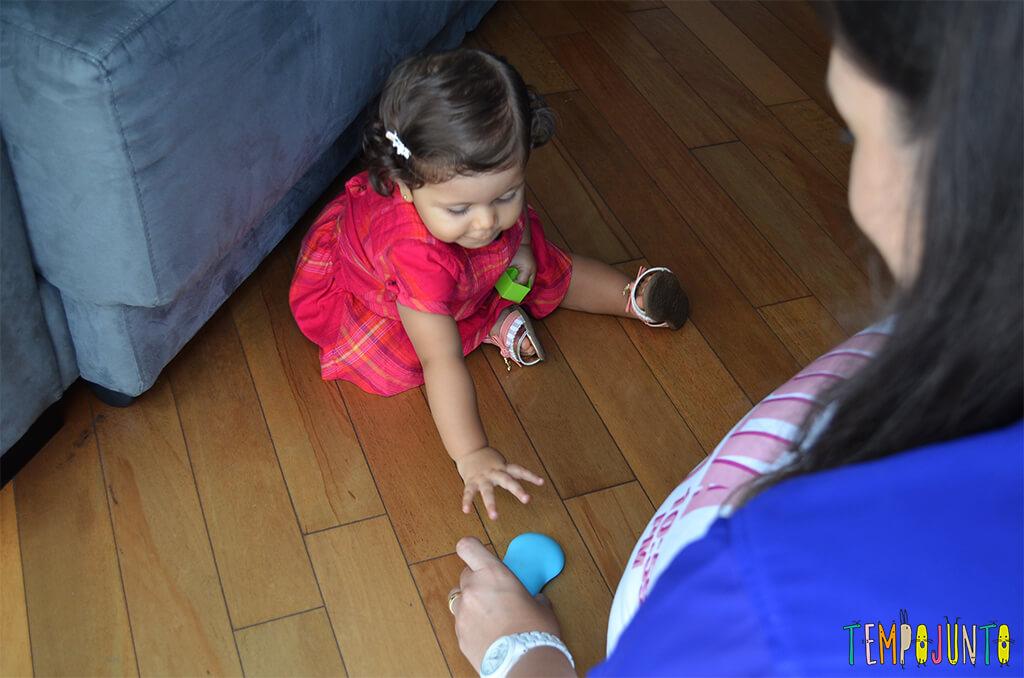 Mais um esconde esconde para estimular os bebês - pegando o brinquedo