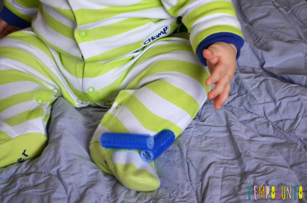 Rolinho de cabelo é um ótimo brinquedo para o bebê - bob na roupa