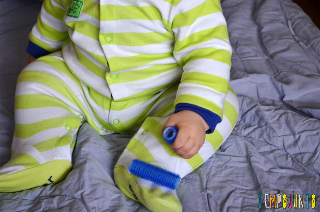 Rolinho de cabelo é um ótimo brinquedo para o bebê - felipe com bob na roupa