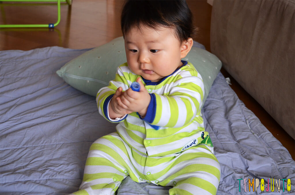 Rolinho de cabelo é um ótimo brinquedo para o bebê - felipe com o rolinho