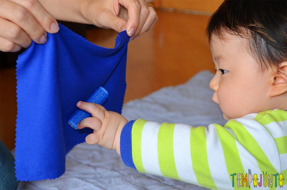Rolinho de cabelo e um otimo brinquedo para o bebe - felipe pegando o bob