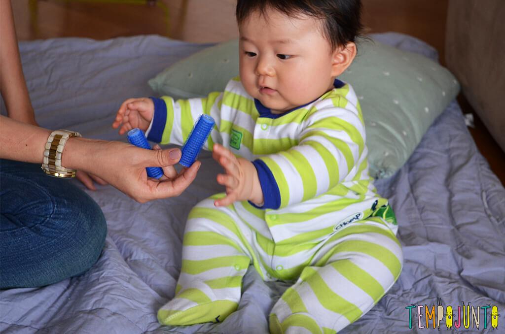 Rolinho de cabelo é um ótimo brinquedo para o bebê - raquel mostrando o bob pro felipe