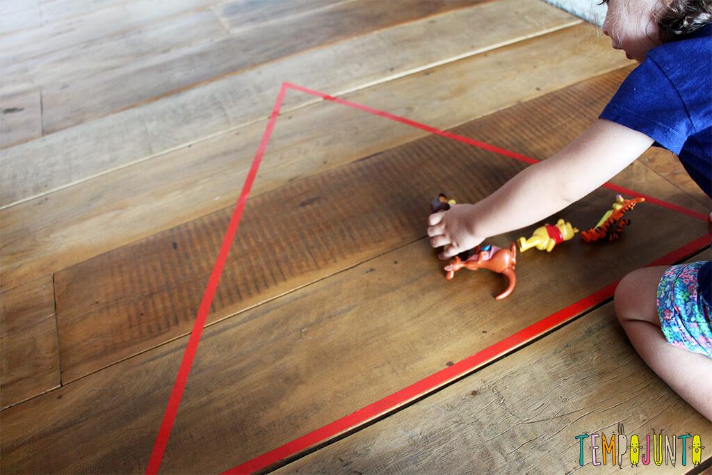 Um brincadeira para ensinar formas geométricas para os pequenos - gabi colocando o brinquedo no triangulo