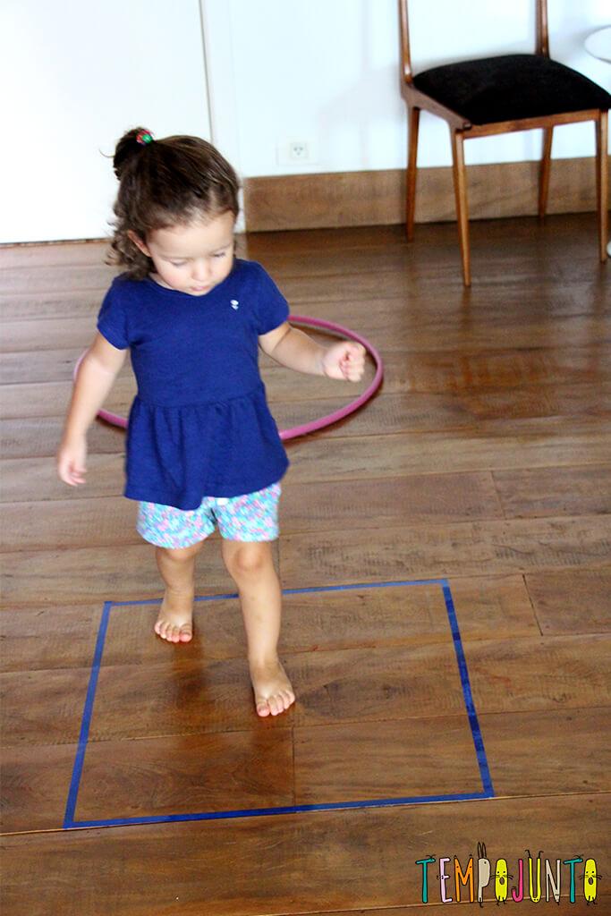 Um brincadeira para ensinar formas geométricas para os pequenos - gabi pulando no quadrado