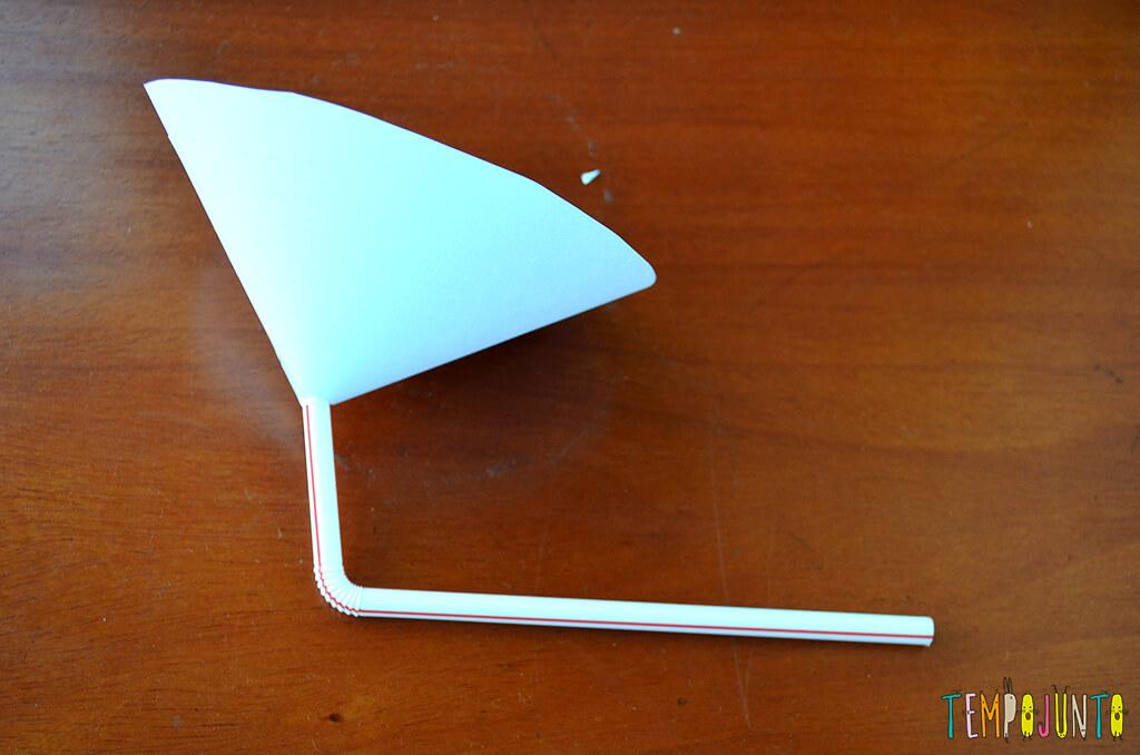 Um brinquedo caseiro fácil, divertido e que desafia a gravidade - cone com canudo