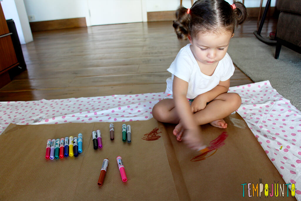 Vamos estimular a criatividade dos pequenos - gabi desenhando no chao