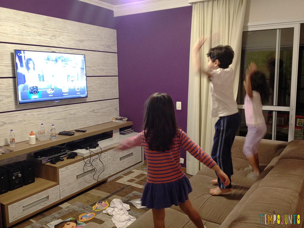 Brincadeira com a TV - crianças pulando 2