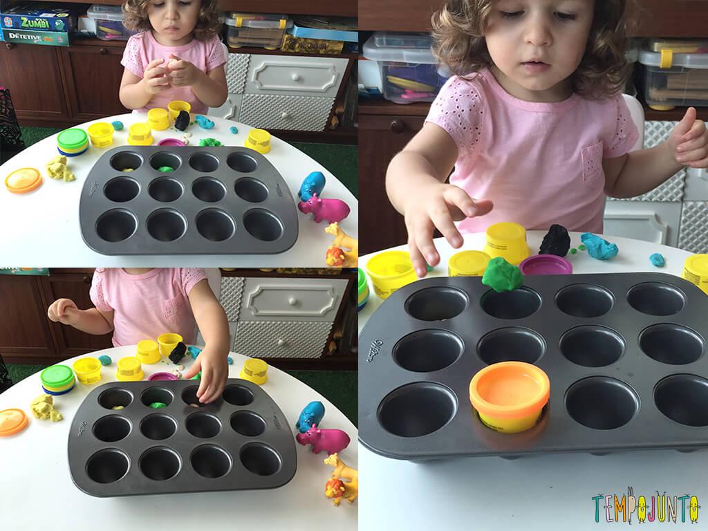 Brincadeiras não estruturadas que mudam a rotina - gabi fazendo bolinha e colocando na forma