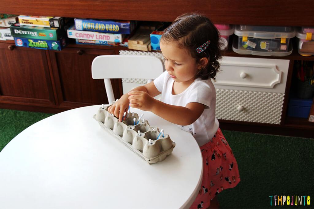 Brinquedo com caixa de ovo - gabi brincando