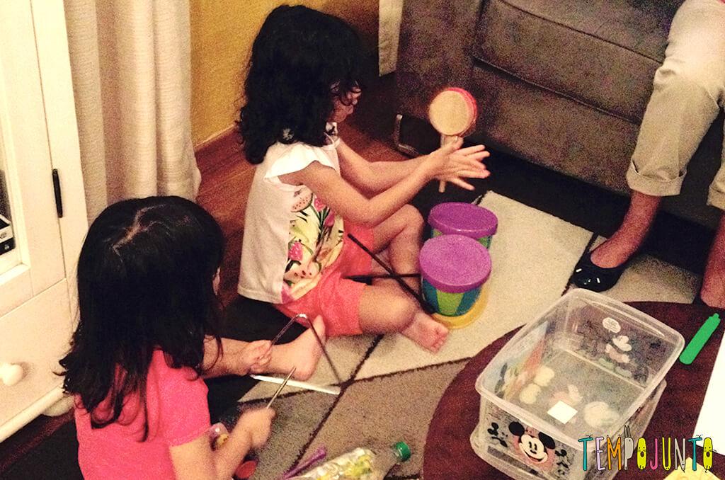 Músicas novas para animar as brincadeiras - crianças tocando instrumentos