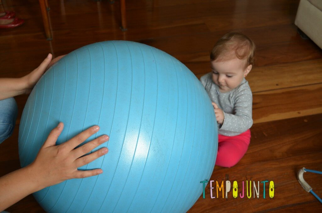 Uma bola de exercício e 5 brincadeiras fantásticas para seu bebê - bebê sentindo a bola