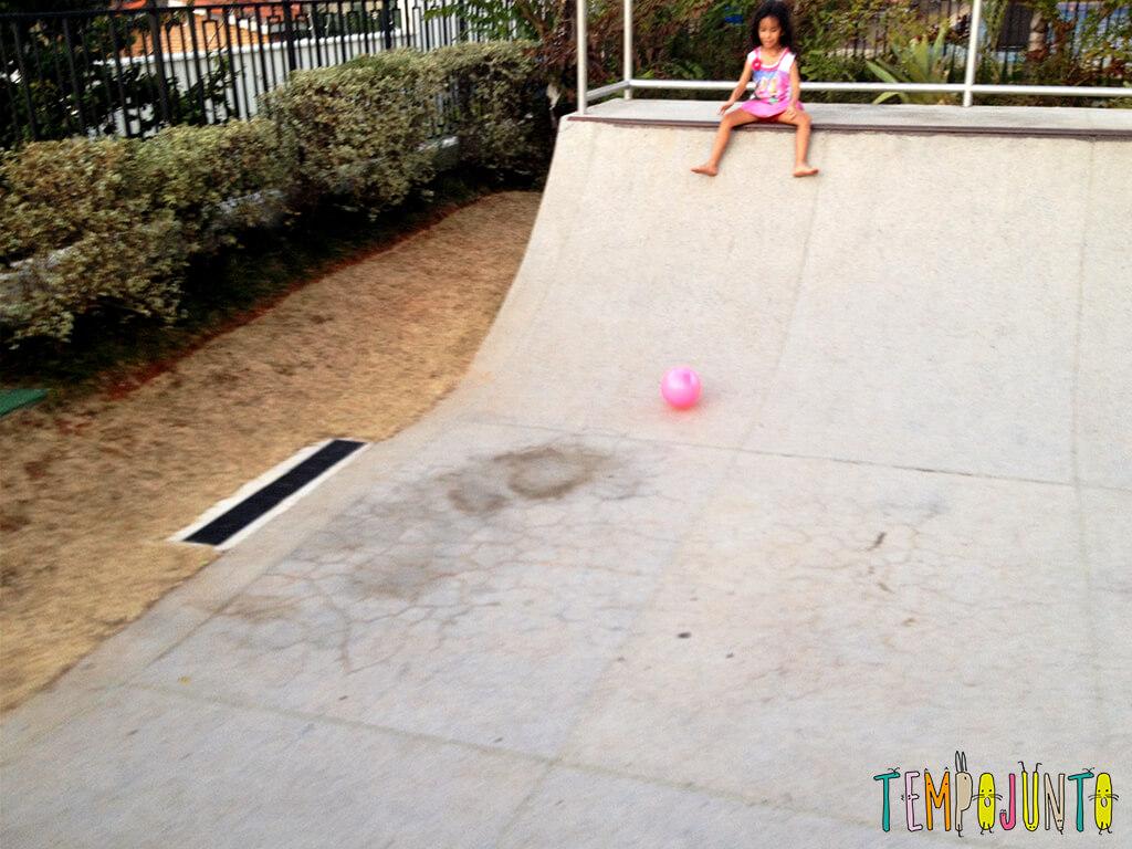 Uma bola uma rampa e a brincadeira ao ar livre está pronta - sofia pegando a bola na rampa