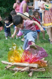 10 brincadeiras de festa junina para animar o arraiá - pular a fogueira