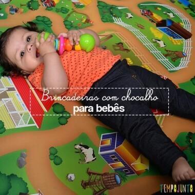 Brincadeira com chocalho para os bebês que começam a rolar