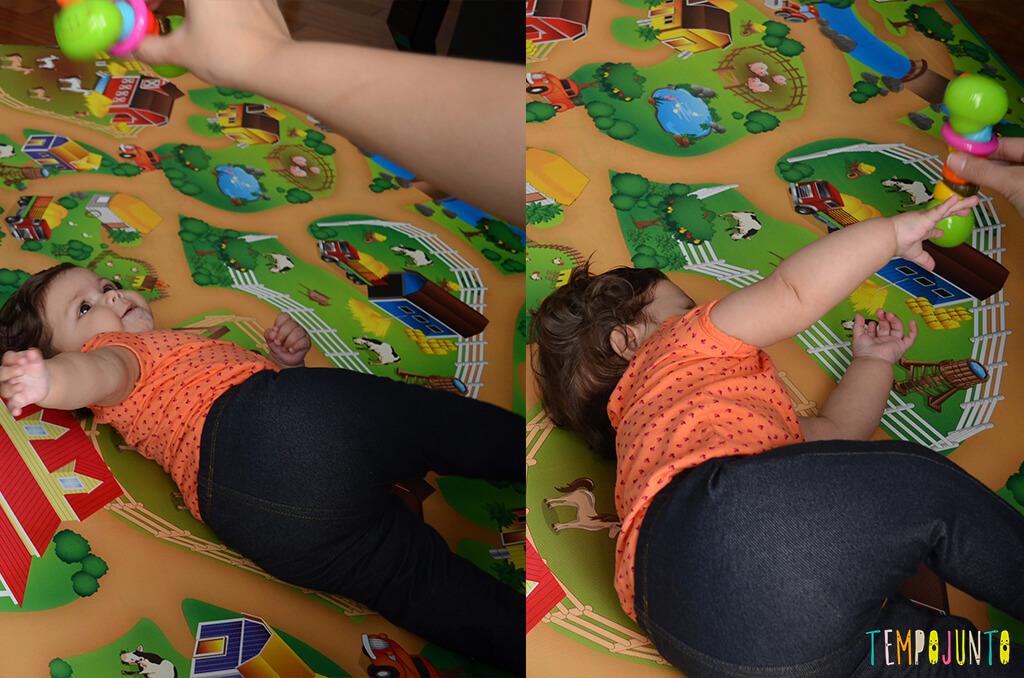 Brincadeira com chocalho para os bebês que começam a rolar - julia brincando com o chocalho
