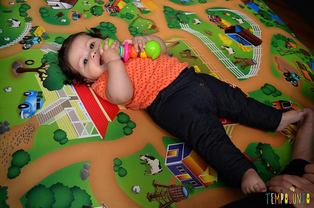 Brincadeira com chocalho para os bebês que começam a rolar - Julia deitada