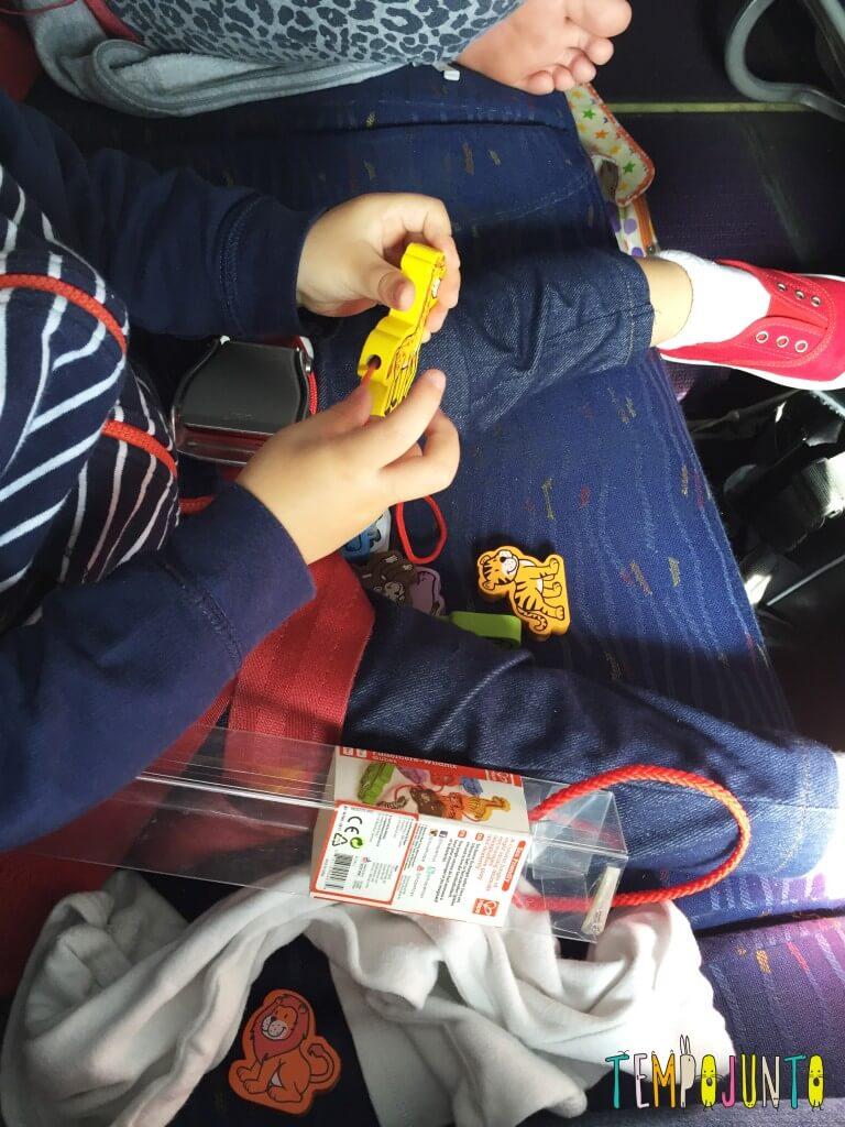 Brincadeiras para fazer no avião com crianças pequenas - gabi brincando com brinquedo de alinhavo