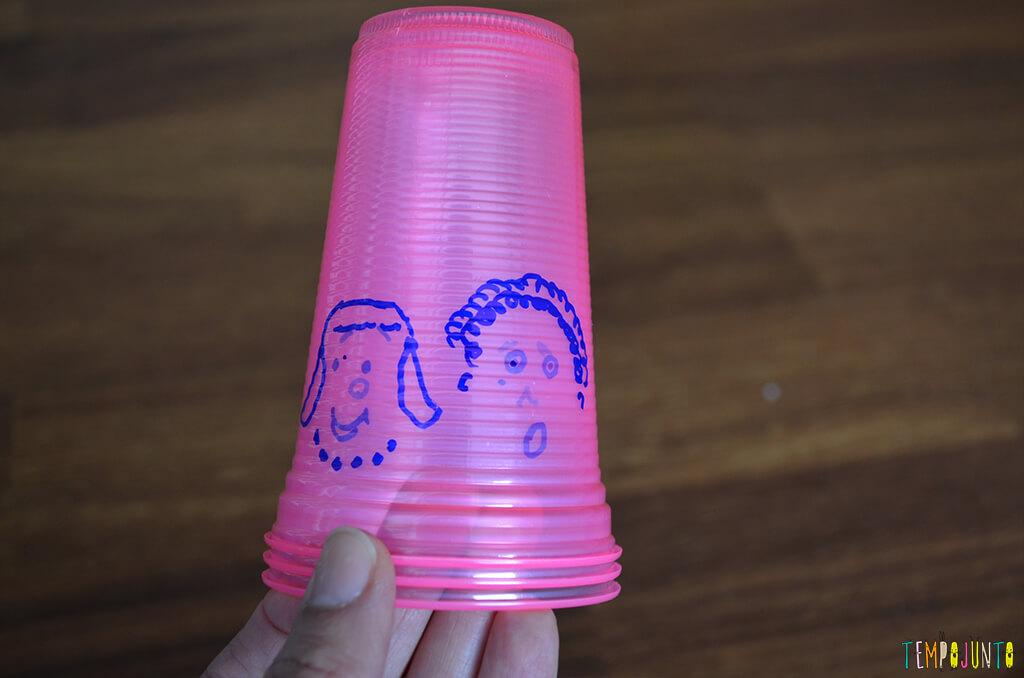 Brinquedo caseiro que estimula o reconhecimento do rosto - copos prontos