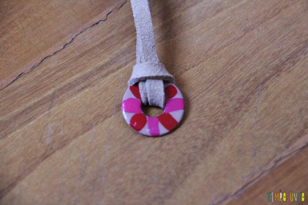 Como fazer um colar bonito e barato com as crianças - colar pronto