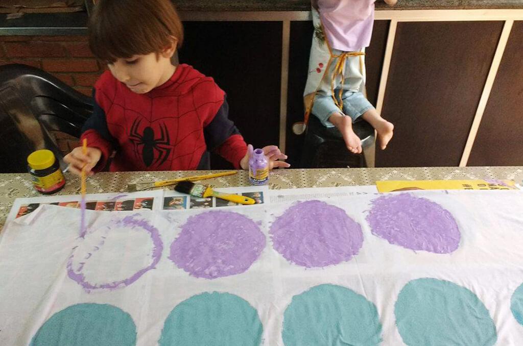 Faça em casa o jogo do Twister- filhos raquel montando tabuleiro