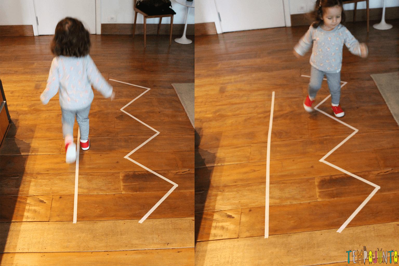 Jogo de movimento para crianças pequenas - Gabi andando nas fitas
