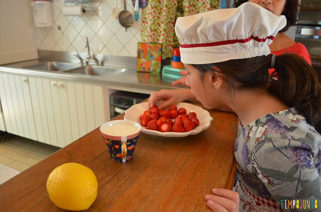 Um mimo para as férias das crianças - Tempojunto na Cozinha com Madame Aubergine - carol com os morangos