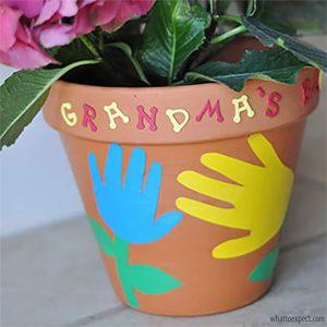 10 ideias de como fazer um presente para os avós - vaso com maos