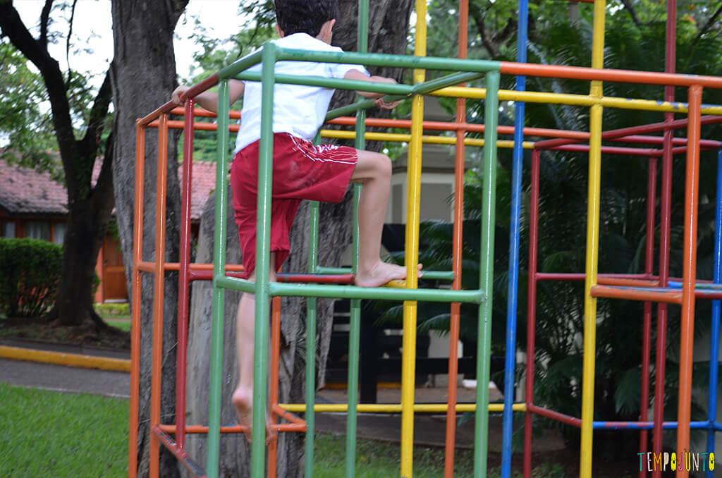 Como estimular o equilibrio e seguranca das criancas com brincadeiras ao ar livre - henrique escalando o trepa trepa