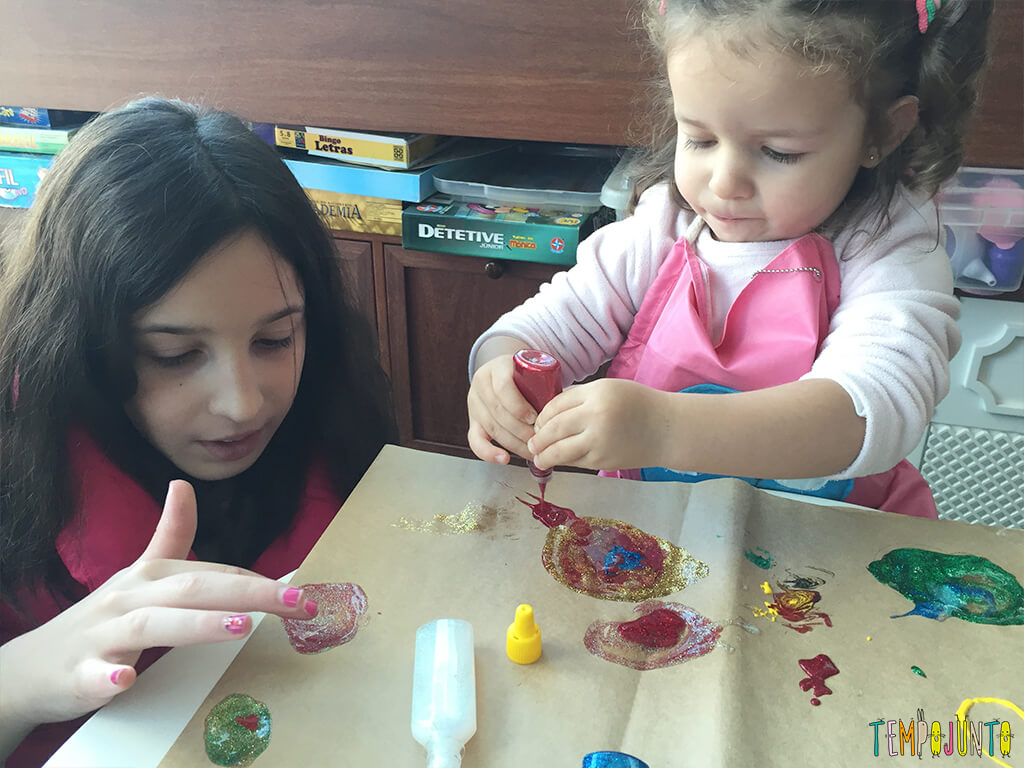 Arte com cola colorida - carol e gabi pintando juntas