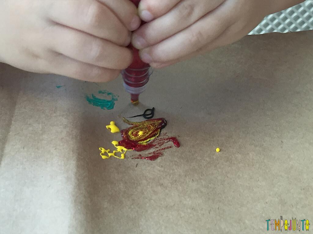 Arte com cola colorida - gabi derramando a cola 2