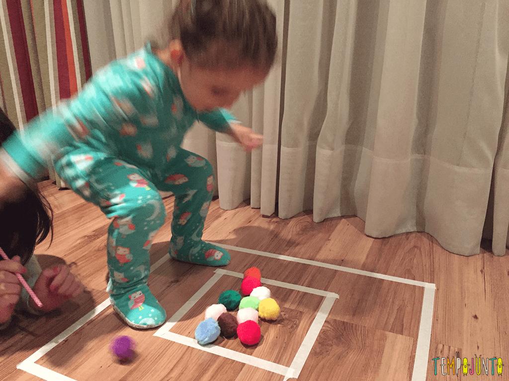 brincadeira rapida pra distrair as criancas - gabi pulando