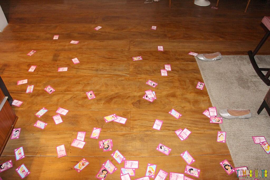 Brincar com as crianças é mais fácil do que você imagina - cartas espalhadas