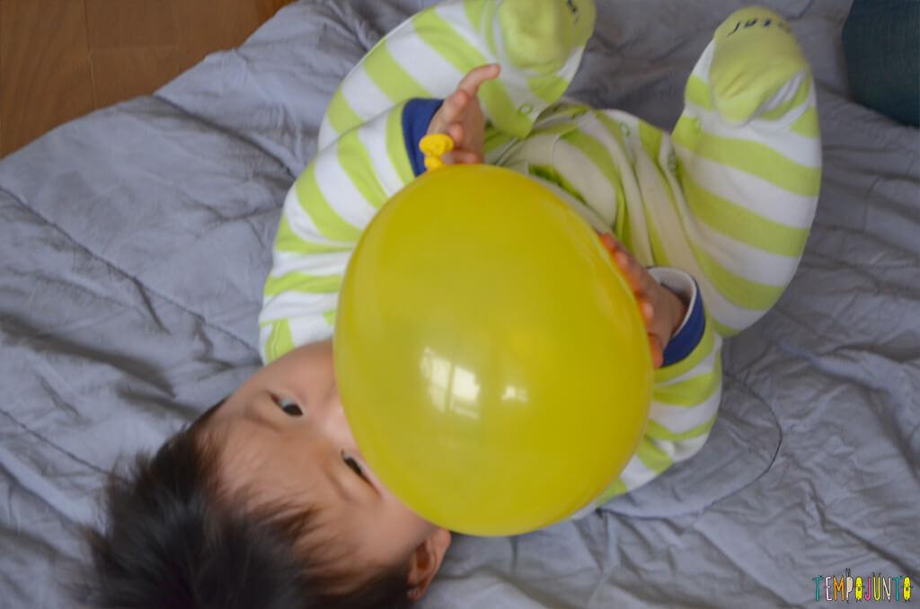 Uma bexiga e muitas brincadeiras para seu bebê - felipe brincando com a bexiga
