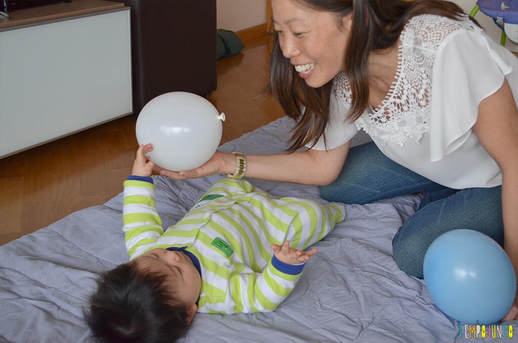 Uma bexiga e muitas brincadeiras para seu bebê - felipe brincando com a mae