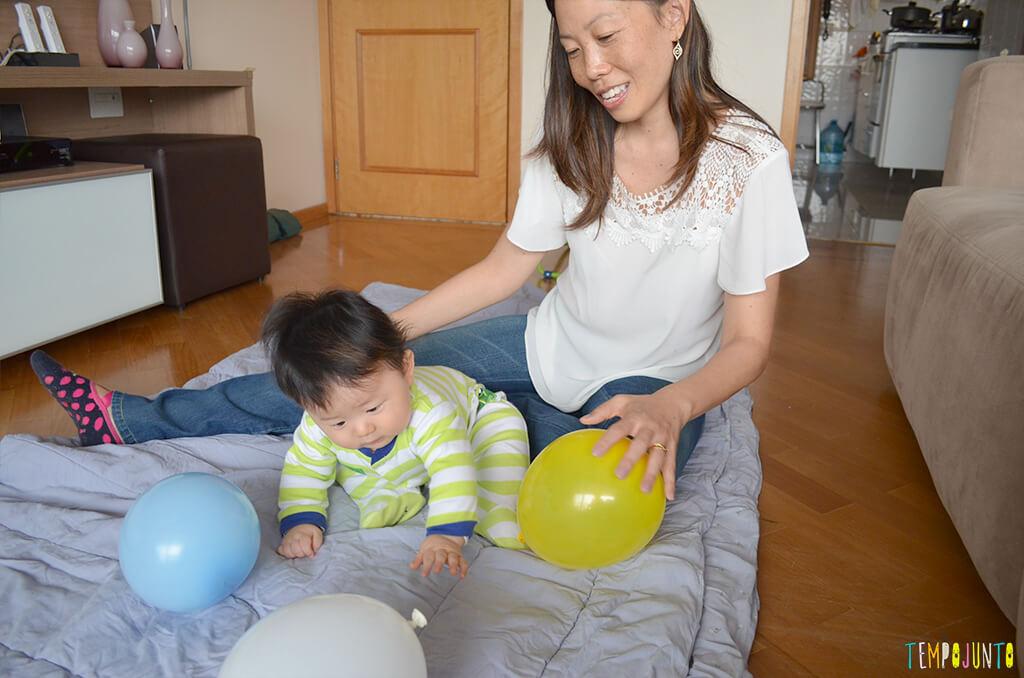 Uma bexiga e muitas brincadeiras para seu bebê - felipe de bruços pegando a bexiga