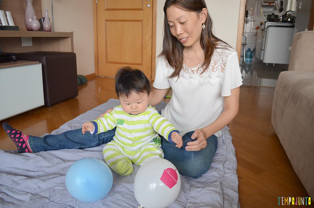 Uma bexiga e muitas brincadeiras para seu bebê - felipe e a mae brincando com a bexiga